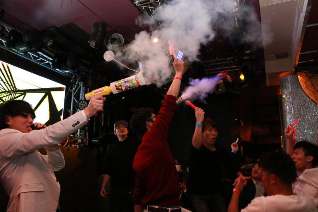 クラブ等屋内のイベントでオリジナルのネタを発射!(火薬を使用していないエアー式クラッカー)